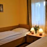 Domek - sypialnia z dwoma indywidualnymi łóżkami